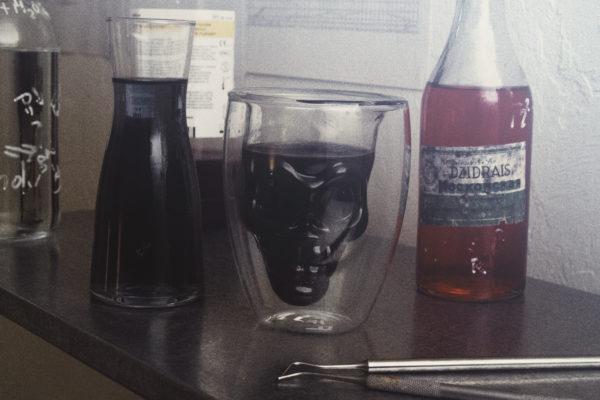 stiklinė kaukuolė tarp eleksyrų