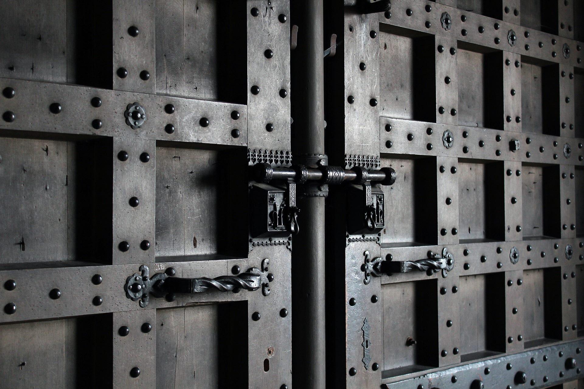 didelės metalinės šarvuotos durys